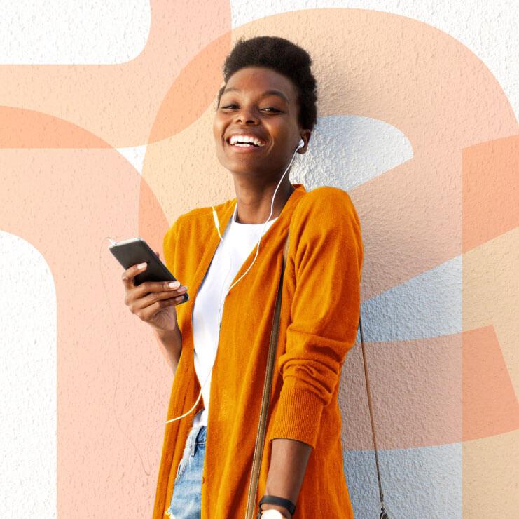 usuária do banco inter sorrindo com celular na mão